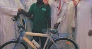 تعليم مكة يُهدي دراجة هوائية لعامل نظافة