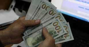 رجل يعثر على 10000 دولار و يعيدها الى اصحابها